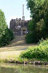 Monument / Ahnenhalle im Wörlitzer Park - errichtet 1794 aus unbehauenen Natursteinen als Erinnerung an die Ahnen des Fürsten Leopold.