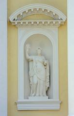 Skulpturen in einer Fassadennische im Schloss Wörlitz.