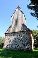 Spätmittelalterliche Dorfkirche in Gnewikow. Holzkirchturm / Feldsteinkirche, erbaut aus Findlingen.