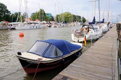 Sportboothafen / Yachthafen Brunsbüttel - hinter der Schleuse im Nord-Ostsee-Kanal; Motorboote und Segelboote am Steg.