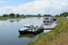 Hafen der Lutherstadt Wittenberg; Polizeiboot der Wasserschutzpolizei am Steg - im Hintergrund der Anleger für die Flusskreuzfahrtschiffe.