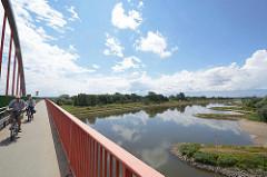 Elbbrücke bei Wittenberg; Radfahrer auf der Brücke - Buhnen am Elbufer, blauer Himmel - weisse Wolken.