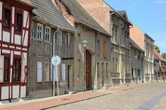 Einstöckige Wohnhäuser mit Satteldach, teilweise Fachwerkfassade - Kirchgasse in Wörlitz.