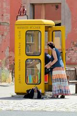 Befreite Bücher - Telefonzelle zum Büchertausch in der Erdmannsdorffstraße von Wörlitz.