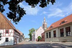 Kirchgasse von Wörlitz - Probsteigebäude und Kirchtturm / Bibelturm.