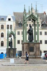 Bronzestandbilder für Philipp  Melanchthon und Martin Luther auf dem Marktplatz der Lutherstadt Wittenberg.