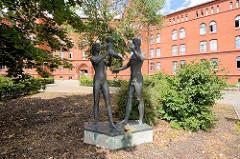 Skulptur Familie; nackte Frau - nackter Mann mit Kind vor der Ehem. Tauentzienkaserne in Lutherstadt Wittenberg, erbaut 1883 - jetzt Standort vom Neuen Rathaus der Stadt.