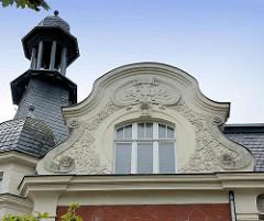 Jugenstilgiebel mit floralem Dekor - Schieferturm; Architektur in Lutherstadt Wittenberg.