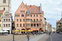 Markt der Lutherstadt Wittenberg - Wohnhaus / Geschäftshaus an der Schlossstraße; Aussengastronomie auf dem Marktplatz - Tische unter Sonnenschirmen.