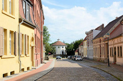 Blick durch die Amtsgasse in Wörlitz zur Syagoge.