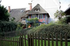 Fachwerkhaus mit Reet gedeckt - Holzzaun; Treppenviertel in Hamburg Blankense.