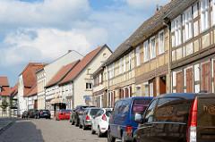 Fachwerkhäuser und parkende Autos in der Tangermünder Straße von Arneburg.