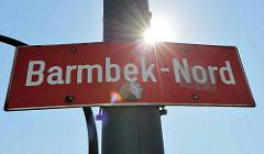 Stadtteilschild - rot mit weisser Schrift, Barmbek Nord am Laternenmast.