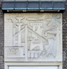 Relief an der Fassade des Postgebäudes in der Bergedorfer Straße in Hamburg Bergedorf.