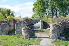 Ruinen in der Festung Küstrin / Kostrzyn - Polen; Treppenaufgang und Ziegelreste am ehem. Marktplatz.