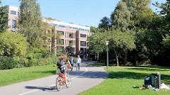 Wanderweg / Fahrradweg  im Grünzug an der Wandse in Hamburg Barmbek - Süd;  im Hintergrund das Areal am ehemaligen Eingang des Eilbeker Krankenhauses.