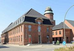 Gebäude vom ehem. Allgemeinen Krankenhaus Barmbek - jetzt Ärztehaus, dahinter der alte Wasserturm - jetzt Fitness Center.