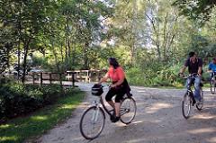 Fahrradweg / Wanderweg am Ufer der Bille in Hamburg Bergedorf - FahrradfahrerIn.