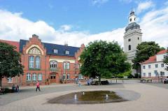 Rathaus von Genthin, Marktplatz mit Brunnen. Rechts die Trinitatiskirche, barocke dreischiffige Hallenkirche.