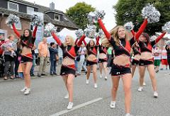 Die Cheeleader Starlets beim Auftritt des Movientos beim Ulzburger Straßenfest in Norderstedt.