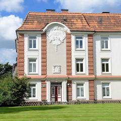 Hausfassade, Eingang der Siedlung Bahrenfelder Kirchenweg/Woyrschweg des Altonaer Bau- und Sparverein - erbaut 1912.
