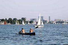 Blick von der Krugkoppelbrücke auf die Hamburg Binnenalster - Kanu und Segelboote auf dem Hamburger See.