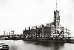 Kaiserspeicher mit Uhrturm; Lagerschuppen am Kaiserkai des Sandtorhafens. Der vom Strom- und Hafenbau der Bau-Deputation, unter künstlerischer Mitwirkung von Wilhelm Hauers, erbaute Kaiserspeicher wurde 1875 von der Kaiverwaltung.