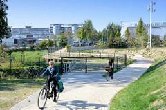 Lauf vom Fluß Bille in Hamburg Bergedorf - Gewerbegebiet, Fahrradweg / Wanderweg.