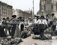 Gemüseverkauf auf dem Hopfenmarkt an der Hamburger Nikolaikirche; Frauen in Vierländer Tracht, Mann mit Trageholz.