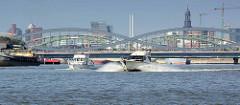 Sportboote in Fahrt auf der Norderelbe - im Hintergrund die Norderelbbrücken und Panorama Hamburgs.