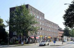 Backsteinarchitektur in Hamburg Barmbek Nord - Wohnhaus mit Geschäften an der Fuhlsbüttler Straße Ecke Ellingersweg.