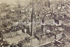 Altes Luftbild / Flugbild von der Innenstadt Hamburgs - freier Platz vor der Nikolaikirche / Hopfenmarkt, im Vordergrund das Nikolaifleet. Im Hintergrund die Binnenalster und das Hamburger Rathaus - re. die Petrikirche.