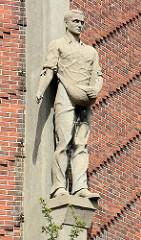 Figurenschmuck am Wasserturm in Genthin, Landmann - Bildhauer Bernhard Schmitt.