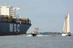 Schiffsverkehr auf der Elbe vor Hamburg Blankenese - der Frachter MSC Fillippa in Fahrt  - in der Bildmitte das Lotsenschiff Lotse 1; re. der Lotsenschoner / Segelschiff ELBE.