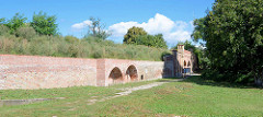 Restaurierte Festungsmauer und Berliner Tor der Festung Küstrin / Kostrzyn - Polen.