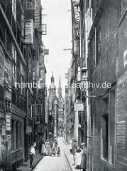 Blick durch die Reimerstwiete in der Hamburger Altstadt über die Reimersbrücke zur Nikolaikirche.