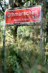 Rotes Stadtteilschild mit weißer Schrift, Othmarschen - Bezirk Altona.