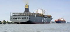 Frachtschiffe / Containerschiffe begegnen sich  auf der Elbe vor Hamburg Blankenese.