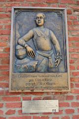 Gedenkplakette an den Leutnant Hans Hermann von Katte, geb. 1704 in Berlin, geköpft 1730 in Küstrin als Fluchthelfer des Kronprinzen Friedrich - angebracht 2015.