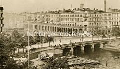 Historische Luftaufnahme von der Reesendammbrücke und den Alsterarkaden in der Hamburger Innenstadt; im Vordergrund Bootsverleih mit Ruderbooten an der Binnenalster -  re. Schuten mit Ladung.