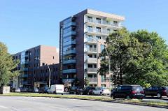 """Mehrstöckige Wohnhäuser an der Saarlandstraße in Hamburg Barmbek-Nord - die Gebäude gehören zum Projekt """"autofreies Wohnen"""" am Osterbekkanal."""