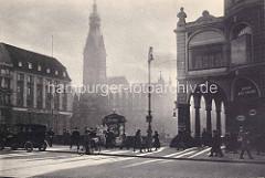 Altes Hamburgfoto - Blick über die Reesendammbrücke zum Rathaus - re. die Alsterarkaden; Fahrradfahred und Auto - Zeitungsstand auf der Brücke.