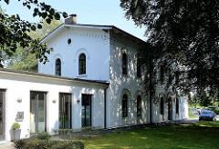 Alter Bahnhof von Klein Flottbek -  Empfangsgebäude, erbaut 1867 - jetzt gewerbliche Nutzung.