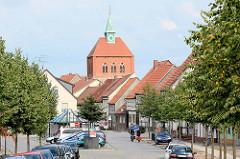 Blick durch die Hauptstraße von Arneburg zum Kirchturm der romanischen Stadtkirche St. Georg.