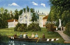Historische Ansicht vom Gotischen Haus im Wörlitzer Park - das Gebäude 1773–1813 nach den Plänen von Erdmannsdorff und Baudirektor Georg Christoph Hesekiel im neogotischen Stil erbaut; im Vordergrund ein Ruderboot am Seeufer.