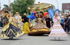 Brasilianische Karnevalsshow Maracatu auf dem autofreien Straßenfest der Ulzburger Straße in Norderstedt