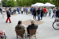 Einweihung / Umbau Lohbrügger Markt, Besucher und Festzelt.
