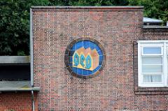 GEG Logo an der Fassade der ehem. Zündholzfabrik in Lauenburg, jetzt Jugendherberge / Hostel der DJH.