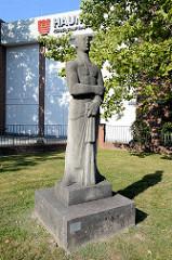 Skulptur vor den Hauni-Werken in Hamburg Bergedorf; Schaffender / Mann mit Mikrometer, Muschelkalk - Bildhauer Edwin Scharff, 1955.