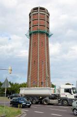 Wasserturm von Genthin,  erbaut 1935 - Straßenverkehr.